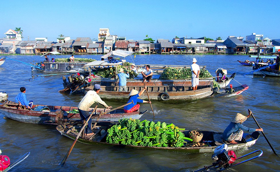 Travelling in Can Tho by boat to discover floating markets